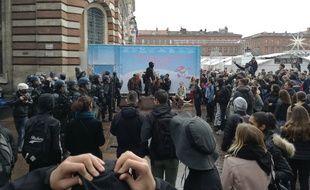 Des lycéens face aux policiers sur la place du Capitole, à Toulouse, le 3 décembre 2018.