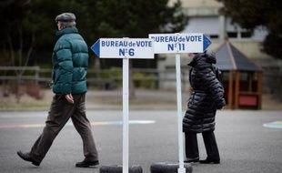 Deux personnes se dirigent vers un bureau de vote lors du premier tour des départementales à La Baule-Escoublac (Loire-Atlantique), le 22 mars 2015
