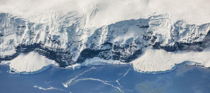 Vue aérienne d'une partie des côtes de l'Antarctique.