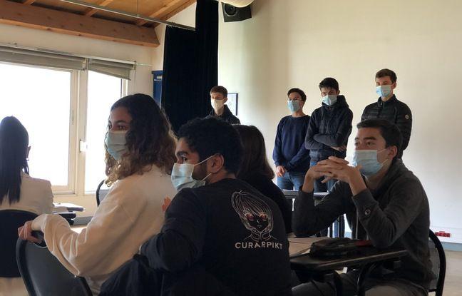 Au lycée Montesquieu d'Herblay, on débriefe la prestation orale d'un groupe d'élèves.