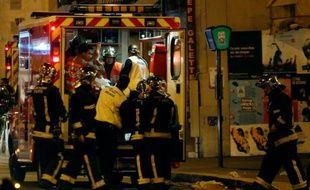 Une victimes des attentats de la rue de Charonne prise en charge par les pompiers, le 14 novembre 2015 à Paris
