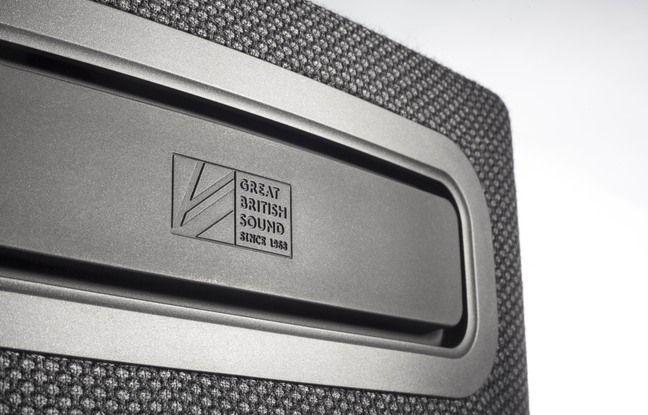 A l'arrière, un large radiateur passif ajoute au bon rendu sonore de l'appareil.