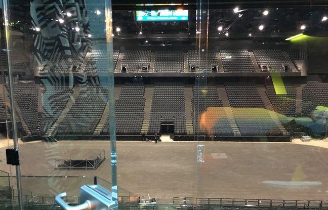 Une simple vitre sépare la chambre de la salle polyvalente de l'AccorHotels Arena.