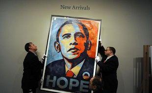 Installation du portrait d'Obama de l'artiste Shepard Fairey à la National Portrait Gallery à Washington, le 17 janvier 2009.