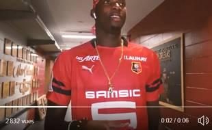 Cheik Diallo des New Orleans Pelicans avec le maillot de Rennes sur les épaules.