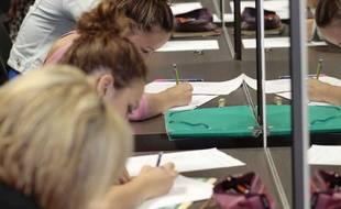 Etudiants passant un examen. Image d'illustration
