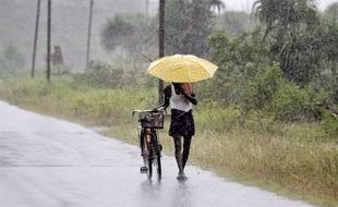 Un Indien se prépare à l'arrivée du cyclone Hudhud, le 11 octobre 2014 à Bhubaneswar.