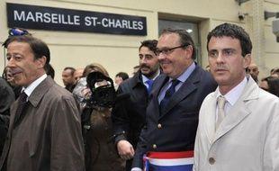 """Le ministre de l'Intérieur Manuel Valls, pour son premier déplacement en province, a estimé lundi à Marseille que la deuxième ville de France devait """"bénéficier du soutien et de l'attention de l'Etat"""", se refusant néanmoins à faire des annonces, notamment en terme d'effectifs policiers."""