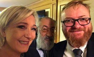 Le député homophobe russe Vitali Milonov prend un selfie avec Marine Le Pen.