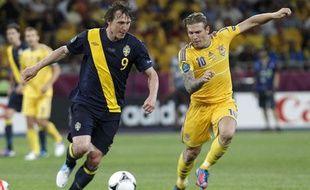 Le Suèdois Kim Källström (à gauche), au duel avec l'Ukrainien Andreï Voronine, le 11 juin 2012