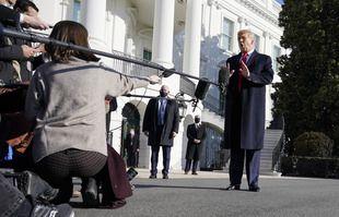 Le président Donald Trump s'entretient avec les médias avant de monter à bord de Marine One sur la pelouse sud de la Maison Blanche, mardi 12 janvier 2021 à Washington.