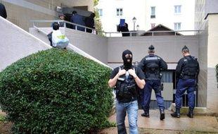 L'un des trois hommes arrêtés lundi dans les Alpes-Maritimes dans le cadre de l'enquête sur la cellule islamiste de Cannes-Torcy a été mis en examen à Paris et écroué vendredi, a-t-on appris de source judiciaire.