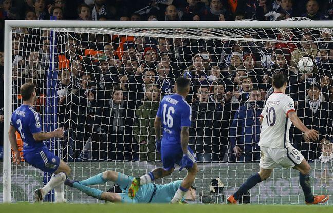 Zlatan Ibrahimovic marque le but contre Chelsea en huitième de finale de Ligue des champions.