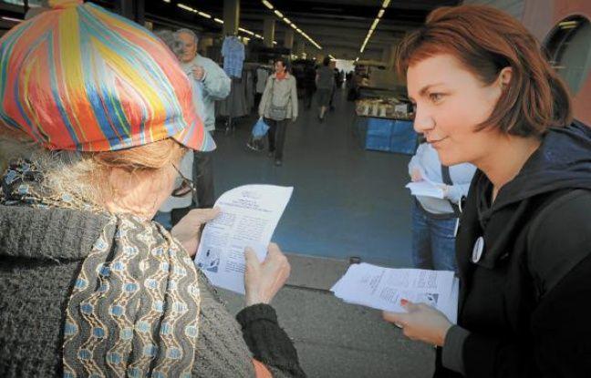 Cécile Corallini, mardi, en pleine distribution de tracts sur la place du Marché au Neudorf.