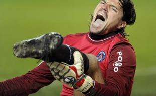Le gardien du Paris Saint-Germain, Grégory Coupet, blessé à la cheville lors du match PSG - Auxerre, le 28 novembre 2009.