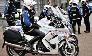 Un poids lourd braqué par deux malfaiteurs qui ont pris la fuite avec environ 20 millions d'euros de vignettes postales à Brie-Comte-Robert (Seine-et-Marne)