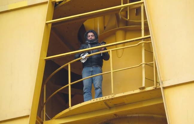 Inan H. est installé en haut de la grue Titan jaune depuis lundi 6h.