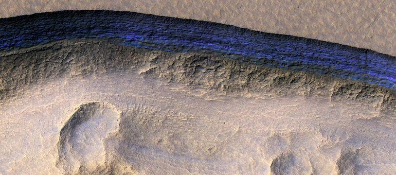 La sonde Mars Reconnaissance Orbiter a détecté des strates de glace (ici coloriées en bleu) à quelques mètres sous la surface martienne.