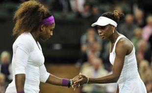Serena Williams a gagné samedi l'épreuve du double dames de Wimbledon avec sa soeur Venus quelques heures après avoir remporté le simple.