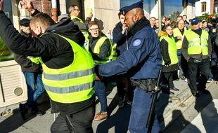 Un manifestant membre des «Gilets Jaunes» en train de manifester contre la hausse du prix des carburants le 9 novembre à Albert (Nord).