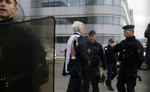 Le directeur d'Air France, Pierre Plissonnier, est évacué le 5 octobre 2015, après un comité central d'entreprise (CEE)