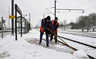 Des salariés déblaient les voies en Normandie après des chutes de neige en février 2010.