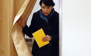 La tête de file du Parti pirate islandais, Birgitta Jonsdottir, vote à Reykjavik le 29 octobre 2016.