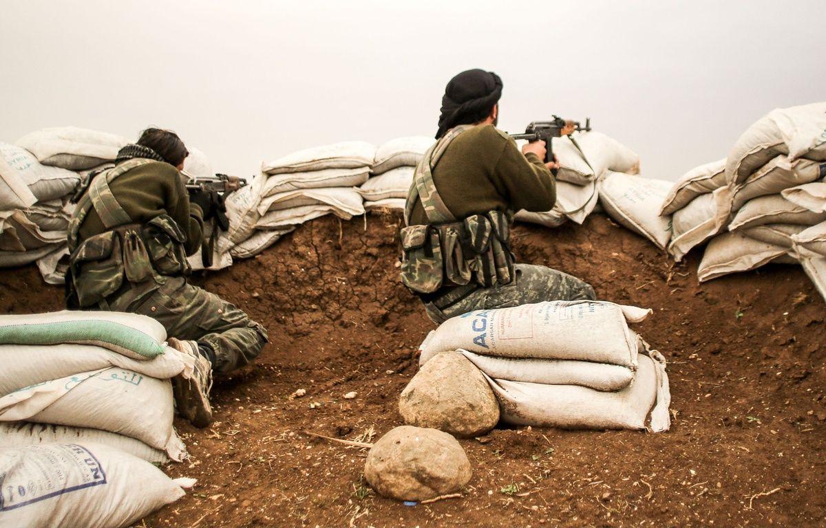 Deux combattants en Syrie, à Hrjala, en décembre 2014. – PACIFIC PRESS/SIPA Ville : Aleppo
