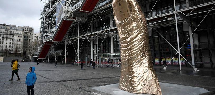 Un «Pouce» de César exposé devant le Centre Pompidou à Paris, le temps de l'exposition consacrée à l'artiste.