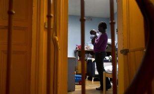Une femme et son enfant ont trouvé refuge dans un centre d'hébergement administré par les paroisses catholiques de Bondy, en banlieue parisienne, le 5 février 2013