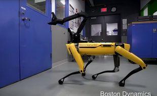 SpotMini, un robot de Boston Dynamics, est capable d'ouvrir une porte.