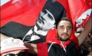 Plus d'un million de personnes, selon des sources policières, arborant drapeaux et portraits du fondateur de la Turquie moderne, Mustafa Kemal Atatürk, défilaient dans la paix à Istanbul pour défendre les principes laïques de la République et la démocratie.