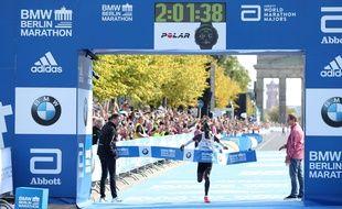 Le Kenyan Eliud Kipchoge a établi le record du monde du marathon à Berlin.