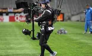 Un caméraman de Canal + filme le match OM-PSG, au stade Vélodrome le 20 avril 2011. Bientôt une image collector?