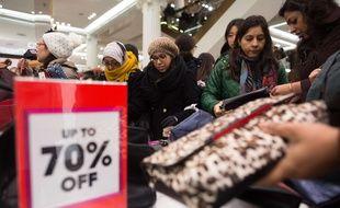 Des clientes en quête de bonnes affaires au magasin Selfridges dans le centre de Londres lors des premières heures du Boxing Day.
