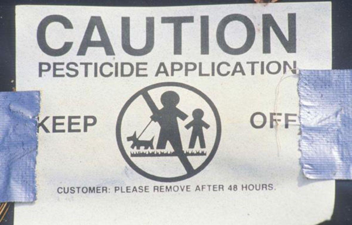 Un panneau d'avertissement après l'épandage de pesticides dans un champ. – Visions of America/SUPERSTOCK/SIPA