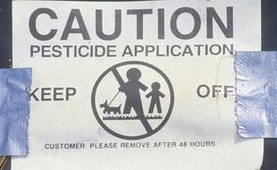 Un panneau d'avertissement après l'épandage de pesticides dans un champ.