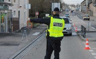 """Une association de policiers invitent ses adhérents à placer leurs gilets jaunes siglés """"police"""" sur les tableaux de bords des véhicules (illustration)"""