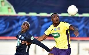 Le defenseur toulousain Jean-Philippe Celestin  (à droite) lors du quart de finale de la Coupe de France, perdu face au club amateur de Rumilly.