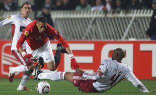 Guillaume Hoarau s'écroule sur un tacle de Luisao, lors du huitième de finale retour de Ligue Europa entre le PSG et Benfica, le 17 mars 2011.