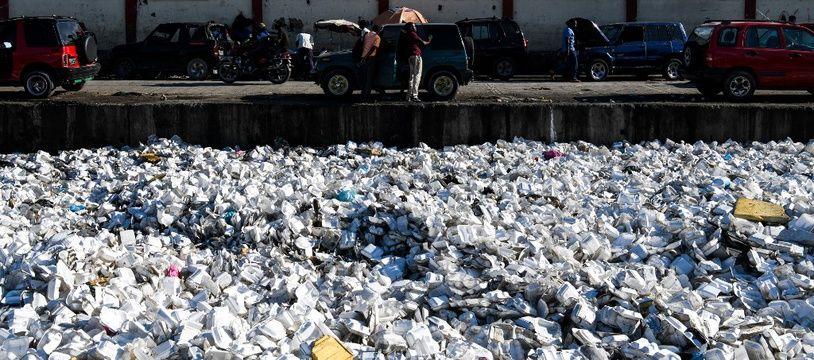 Des déchets plastiques flottent dans un canal d'évacuation des eaux usées à Port-au-Prince, capitale de Haïti.