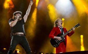 Le chanteur Brian Johnson et le guitariste Angus Young du groupe AC/DC lors d'un concert à Nuremberg le 8 mai 2015
