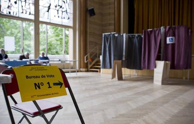 Dans un bureau de vote parisien le 10 juin 2012.