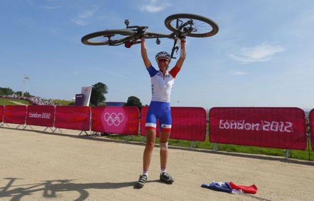 La championne olympique française de VTT, Julie Bresset, lors de sa victoire aux Jeux de Londres, le 11 août 2012.