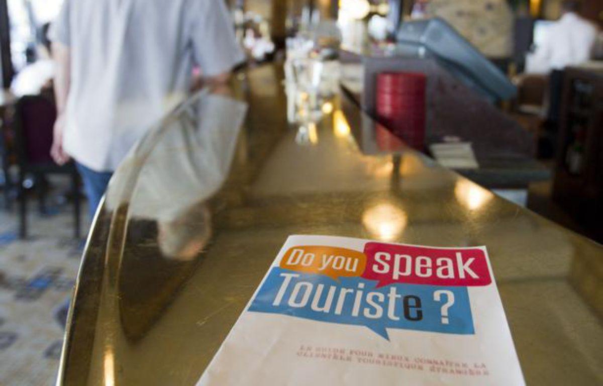 Le 18 juin 2013, l'opération «Do you speak touriste ?». Des guides pour mieux connaitre la clientèle touristique étrangère sont distribués aux commercants parisiens afin d'améliorer leurs relations. – V. WARTNER / 20 MINUTES