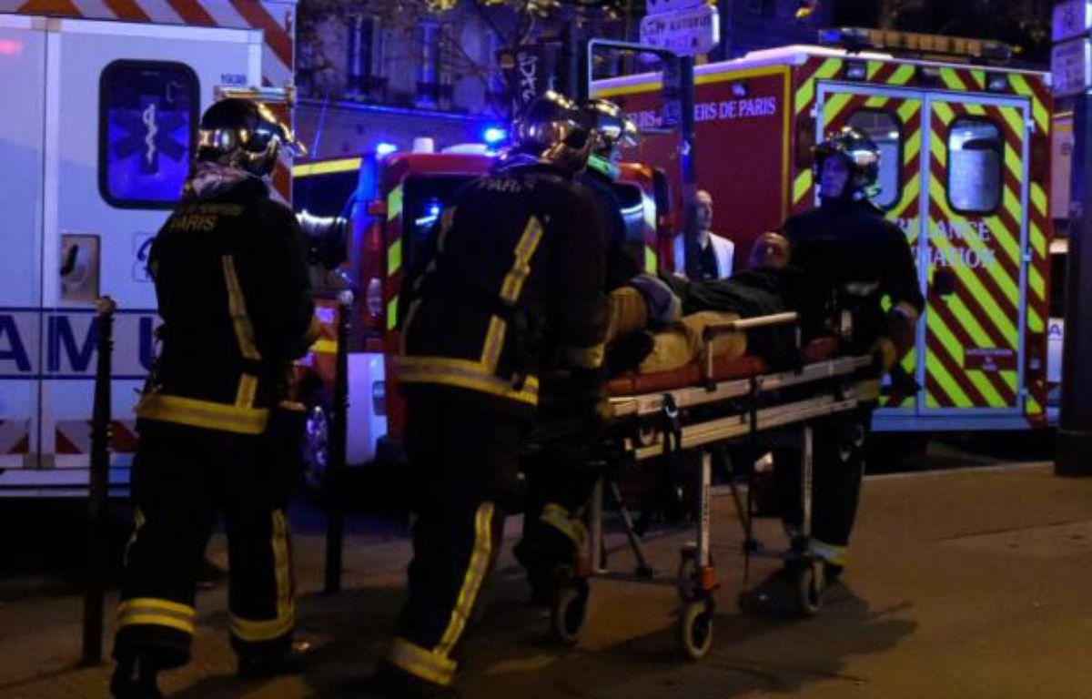 Un blessé est évacué après l'attaque du Bataclan, dans la nuit du 13 au 14 novembre 2015 – DOMINIQUE FAGET AFP