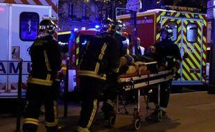 Un blessé est évacué après l'attaque du Bataclan, dans la nuit du 13 au 14 novembre 2015