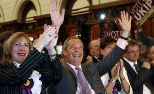Nigel Farage célèbre la victoire de son parti britannique europhobe, l'Ukip, après l'annonce des résultats dans la nuit de dimanche à lundi 26 mai 2014.