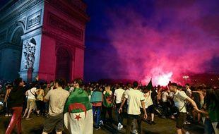 Des supporteurs ont célébré la victoire de l'équipe d'Algérie sur les Champs-Elysées, le 11 juillet 2019, et la fête a dégénéré.