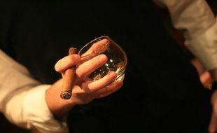 Un homme tient un cigare (photo d'illustration)